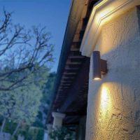 Projecteur en applique murale sur crépis blanc, éclairage led Pilas